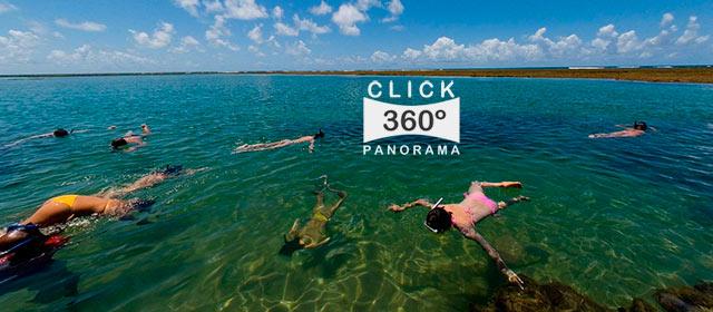 Praia de Taipús de Fora no sul da Bahia, eleita uma das mais bonitas praias do litoral brasileiro. As aguas sao transparentes e o mar quente e limpo, com recifes perto da areia para se apreciar os peixinhos coloridos que nadam sem medo dos turistas