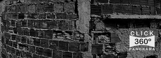 click na foto e veja Foto 360 graus realizada na Favela Santa Marta em Botafogo no Rio de Janeiro com as criancas brincando e jogos na laje alem de muita desigualdade social perto da Rua Sao Clemente aonde eles soltam pipa correm pelo meio dos barracoes e barracos perto do barzinho com uma  paisagem deslumbrante do rio a sua frente uma verdadeira vista panoramica com o cristo redentor de bracos abertos sobre a cidade maravilhosa embora ainda seja uma comunidade carente agora mais protegida pela prefeitura do Rio, Comunidade Santa Marta, favela, rio de janeiro, problemas sociais, crise no senado, lula, corrupção, polícia militar, traficantes, lixo, lixo urbano, ecologia em risco, pobreza, sofrimento, pésssimas condições humanas, comunidades carentes, botafogo, favela, morte de inocentes, poluição, lixo orgânico, lixo industrail, sujeira, esgoto, rede de esgoto, tubulações com problemas