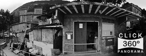 Foto 360 graus realizada na Favela Santa Marta em Botafogo no Rio de Janeiro com as criancas brincando e jogos na laje alem de muita desigualdade social perto da Rua Sao Clemente aonde eles soltam pipa correm pelo meio dos barracoes e barracos perto do barzinho com uma  paisagem deslumbrante do rio a sua frente uma verdadeira vista panoramica com o cristo redentor de bracos abertos sobre a cidade maravilhosa embora ainda seja uma comunidade carente agora mais protegida pela prefeitura do Rio